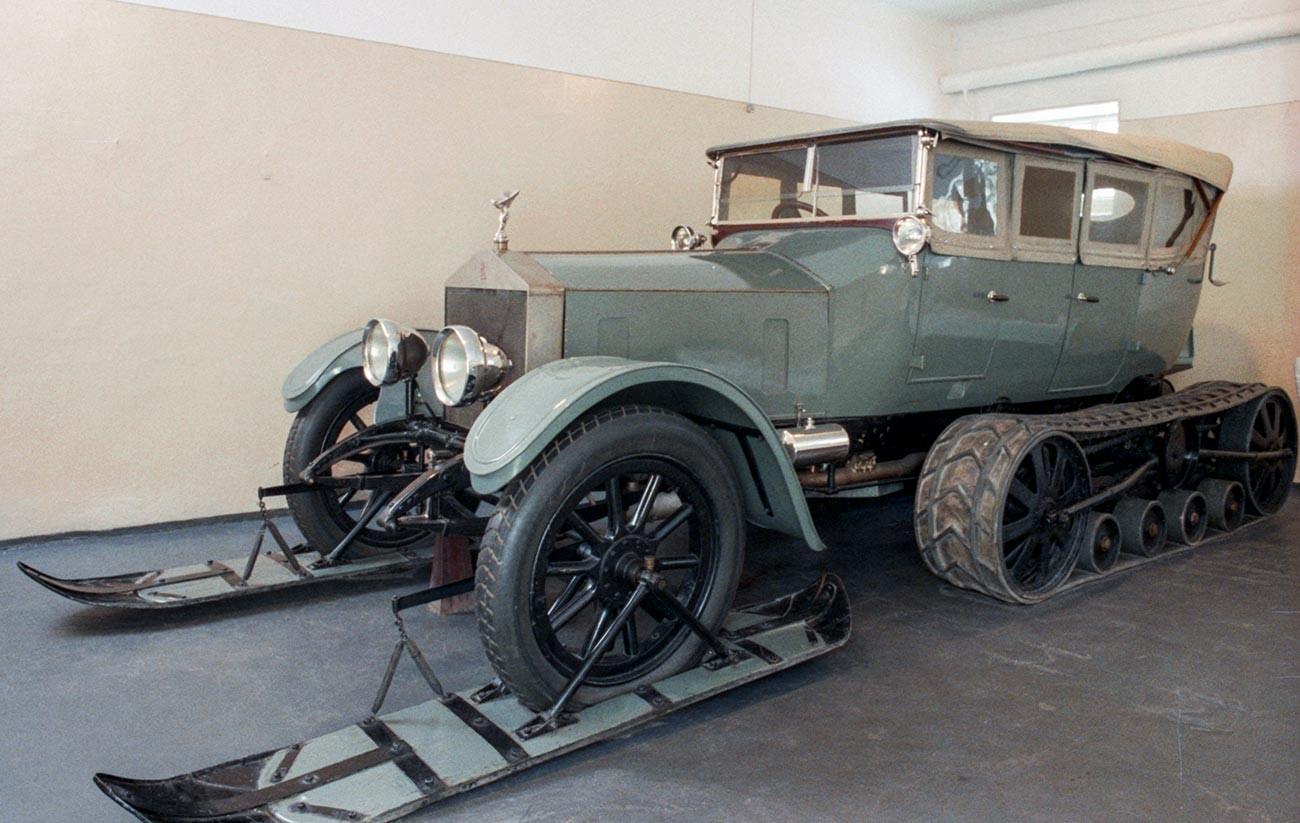 """Аутомобил Rolls Royce у музеју """"В. И. Лењина"""" у насељу Горки. Радници Путиловске фабрике преправили су аутомобил специјално за путовање В. И. Лењина и поставили на предњи део скије, а на задњи гусенице."""