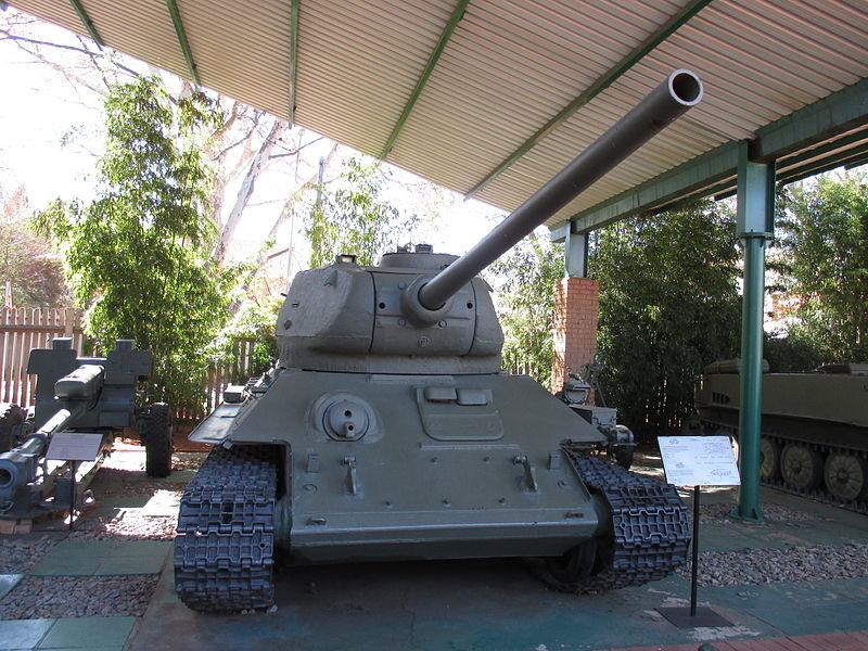 T-34 de las FAPLA expuesto en el Museo de Historia Militar de Sudáfrica (Johannesburgo)
