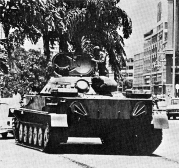 Tripulación de un tanque PT-76 cubano en tareas rutinarias de seguridad en Angola.