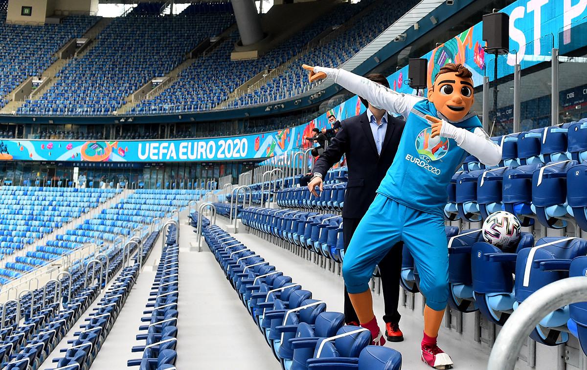 """Скилзи, маскота Европског првенства у фудбалу 2021. позира у фудбалској арени """"Гаспром"""" у Санкт Петербургу 22. априла 2021. године, током презентације обележавања педесет дана пре отварања фудбалског турнира УЕФА Еуро 2020."""