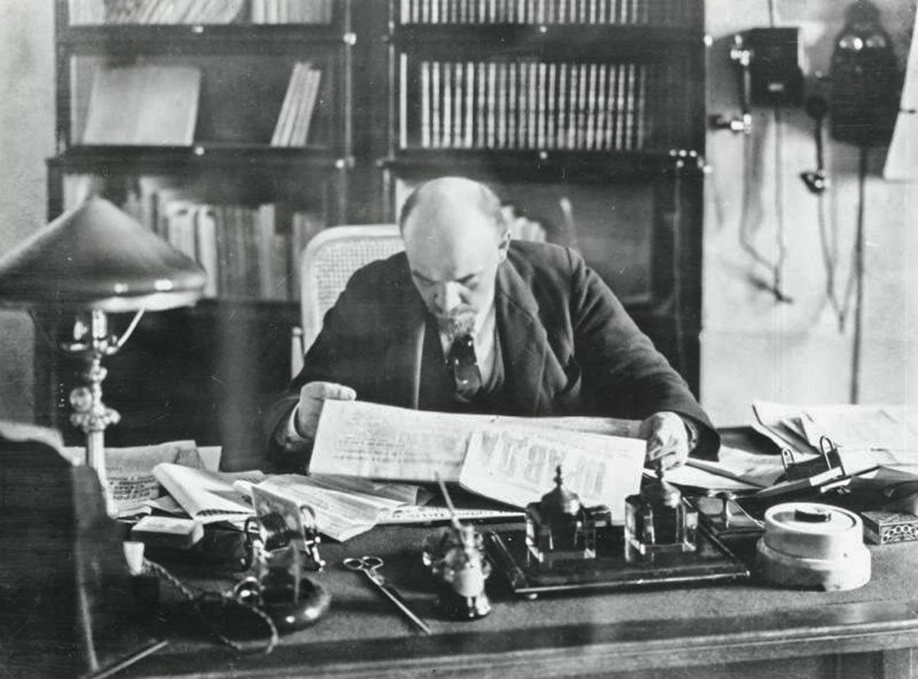Lenin al lavoro nel suo ufficio al Cremlino