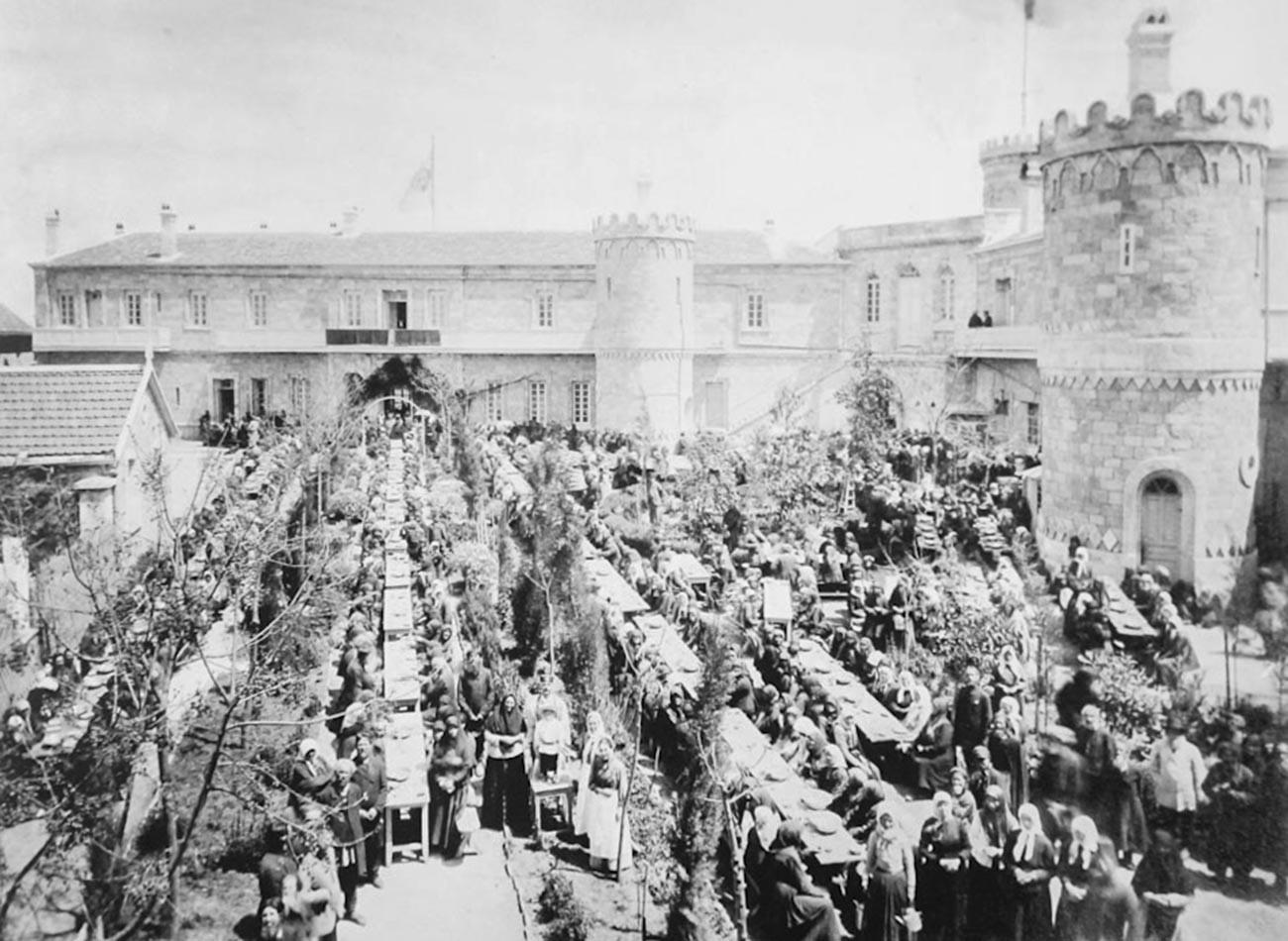 Rupture du jeûne de la Pâque dans la cour Saint-Serge de la Société impériale orthodoxe de Palestine à Jérusalem. Fin du XIXe siècle