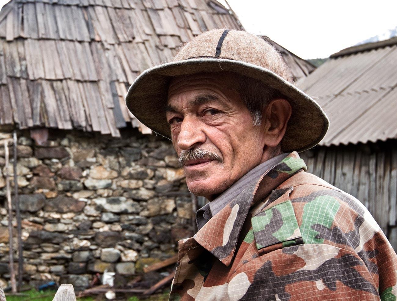 Un homme portant une coiffe traditionnelle ossète