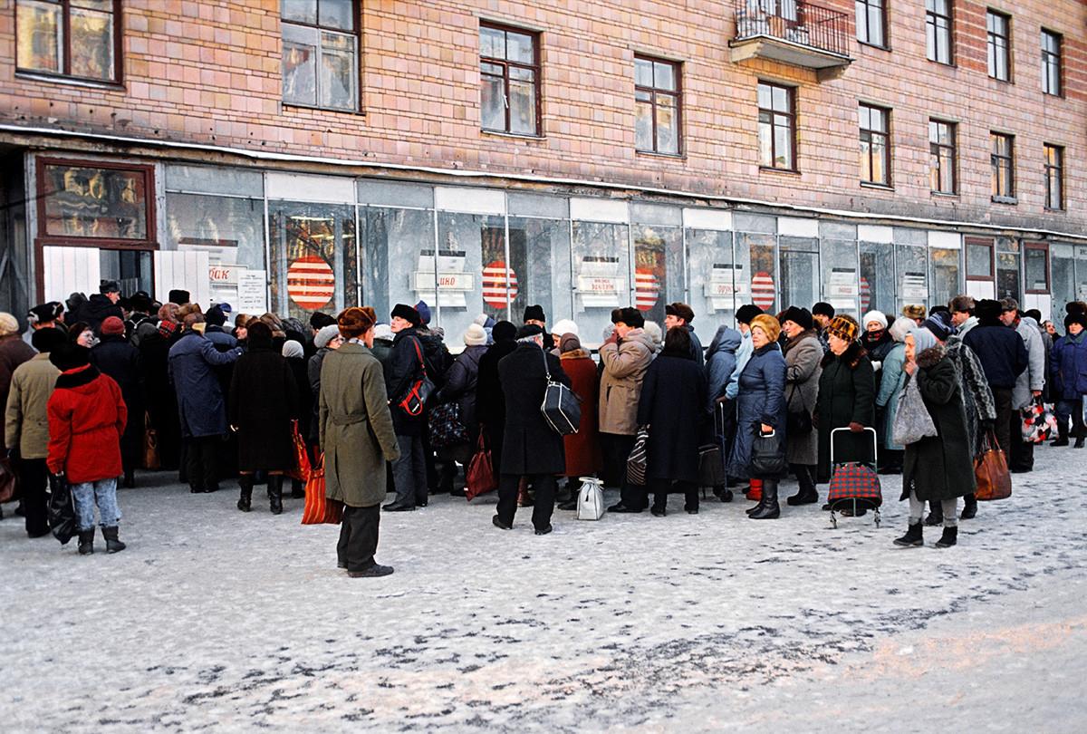 Eine Schlange vor einem Lebensmittelgeschäft in Moskau.