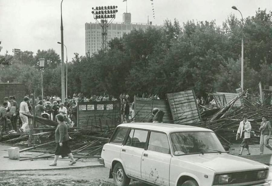 """Barrikaden in Moskau während des """"August-Putsches""""."""