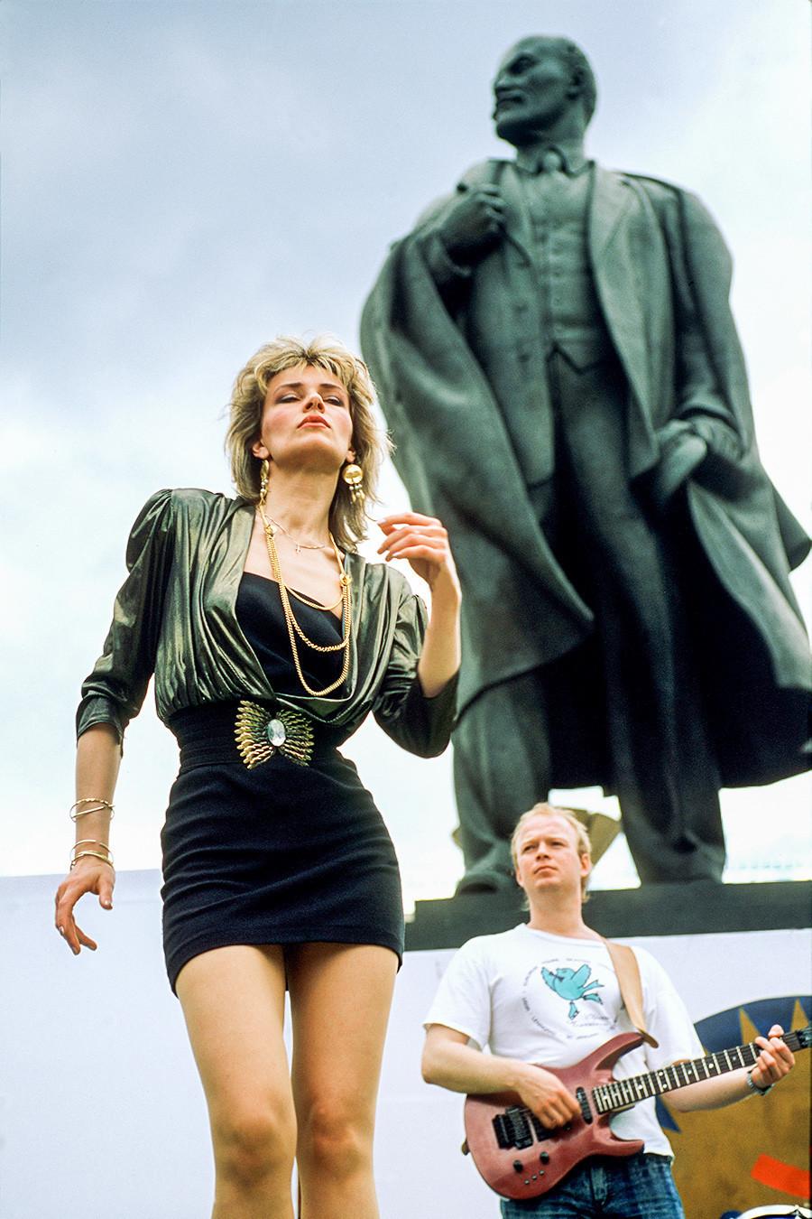 Junge Rocker vor einem Lenin-Denkmal.