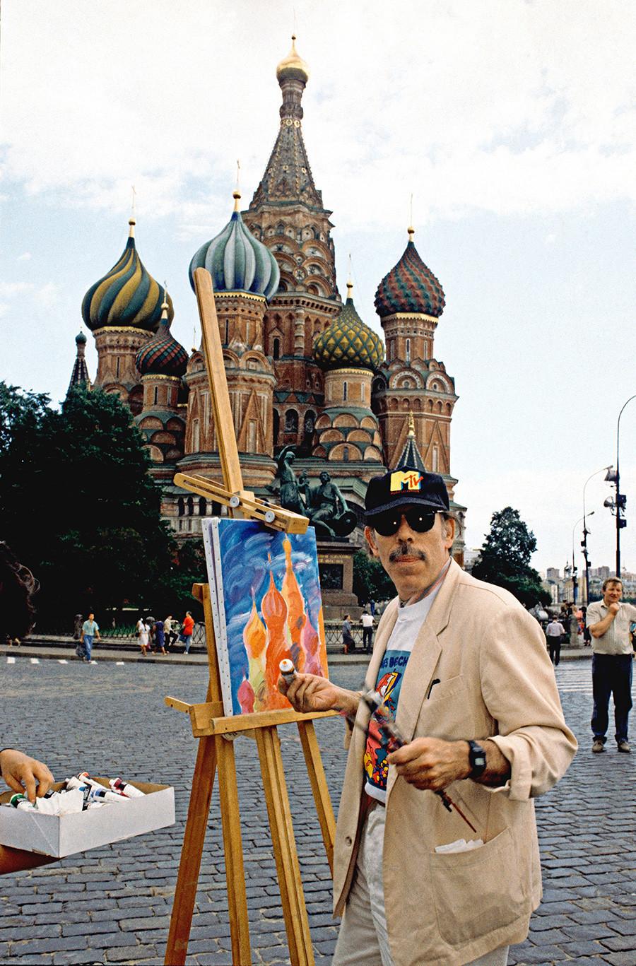 Der amerikanische Künstler Peter Max malt auf dem Roten Platz.