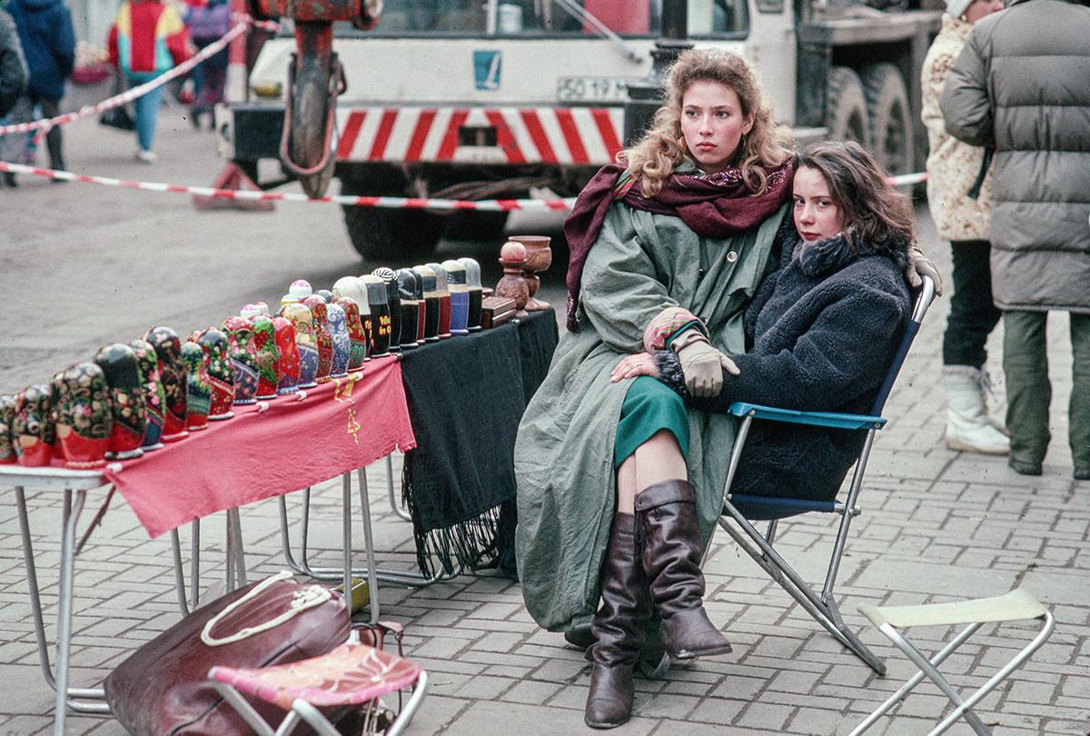 Frauen verkaufen Souvenirs.