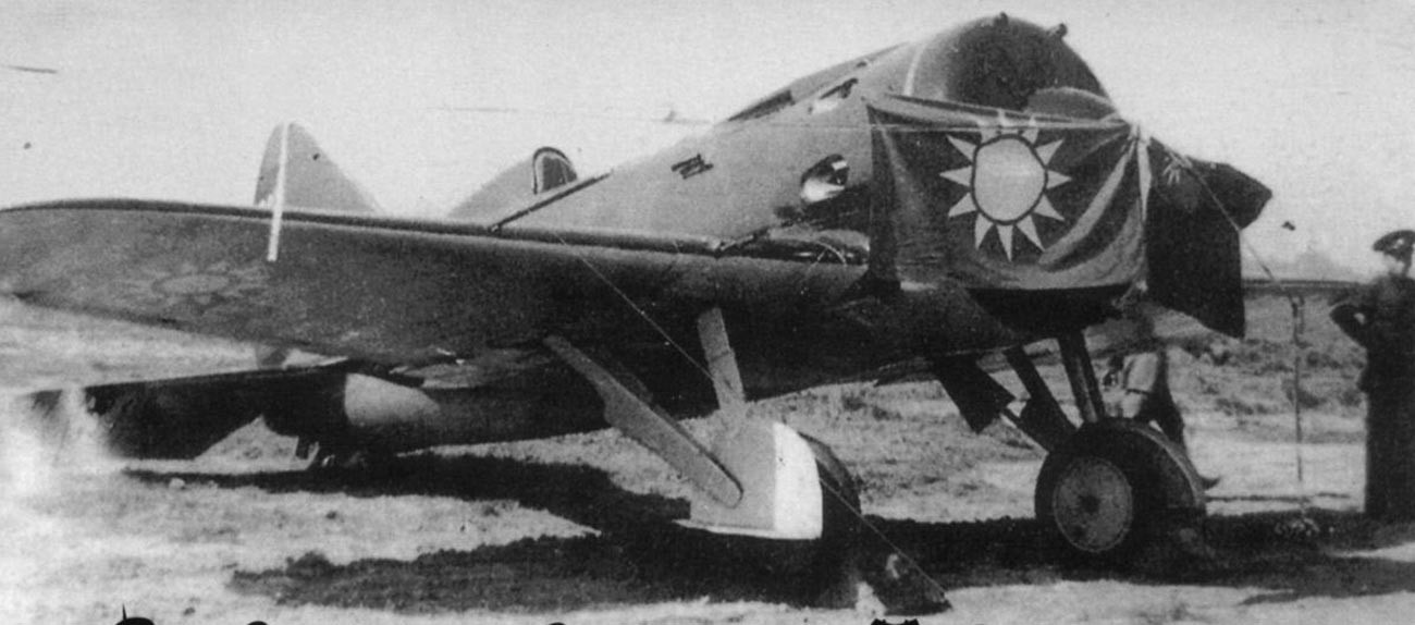 Pesawat tempur I-16 Soviet yang dipasangi bendera Tiongkok.