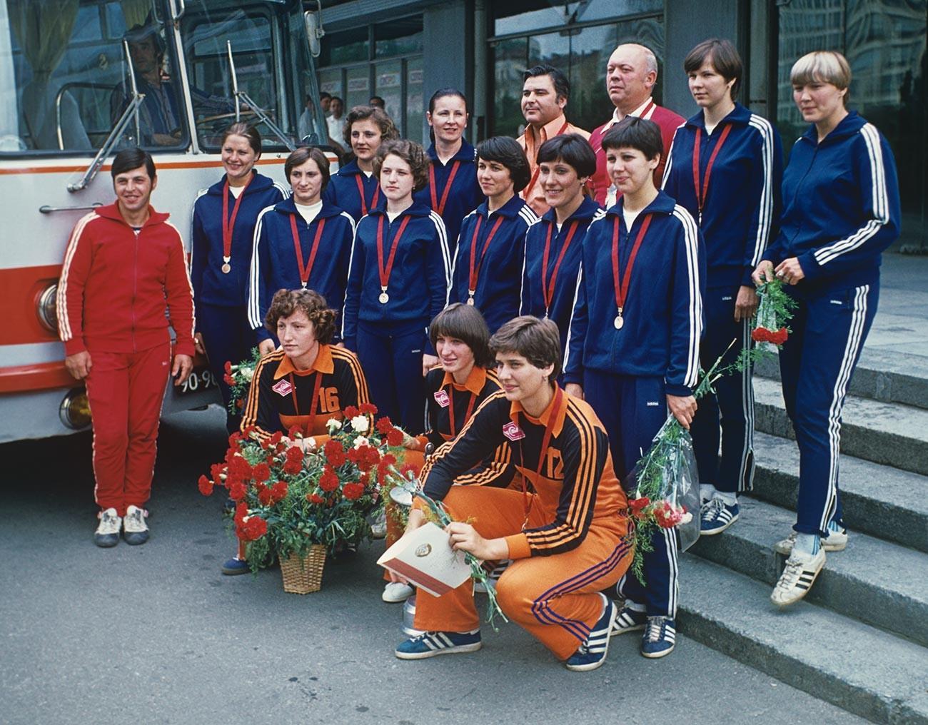 Sebagian dari produk segera diekspor dan sebagian lagi untuk atlet Soviet, yang hanya mendapatkan warna biru.