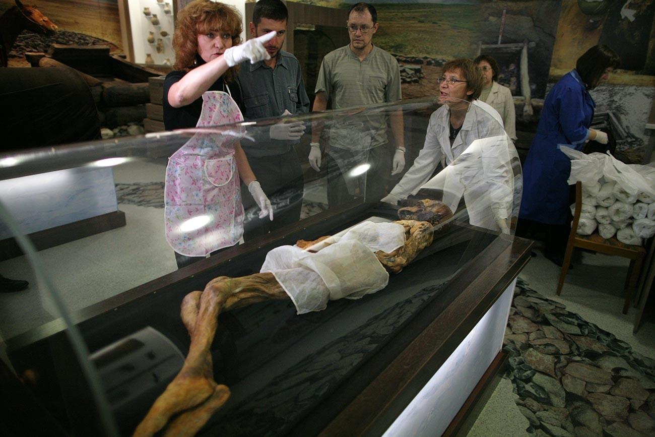Die Mumie wird für den Rücktransport von Nowosibirsk in den Altai verpackt. 2012.