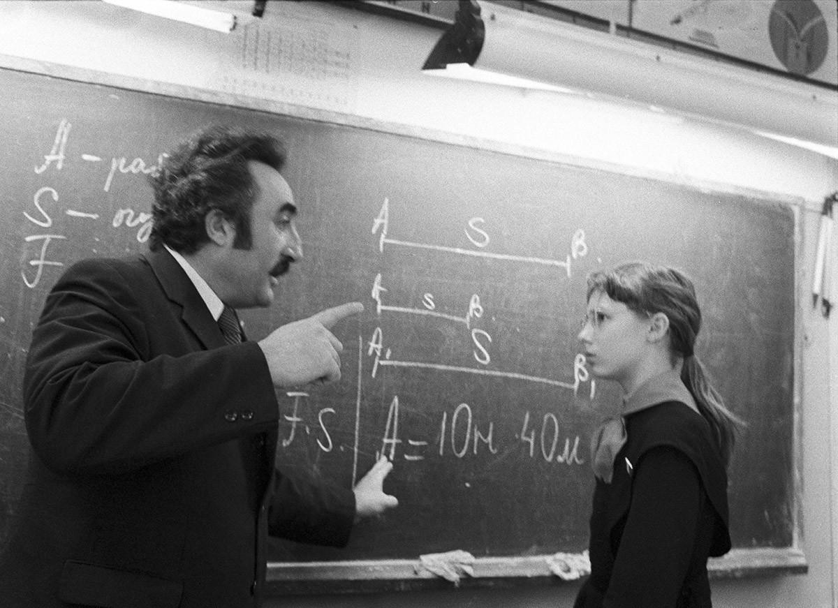 Alunni della scuola n. 524 di Mosca durante una lezione di matematica tenuta dal preside dell'istituto, Joseph Borukhov
