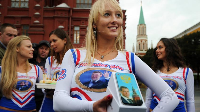 'Medvedevets' parabenizam o presidente Dmítri Medvedev por seu aniversário
