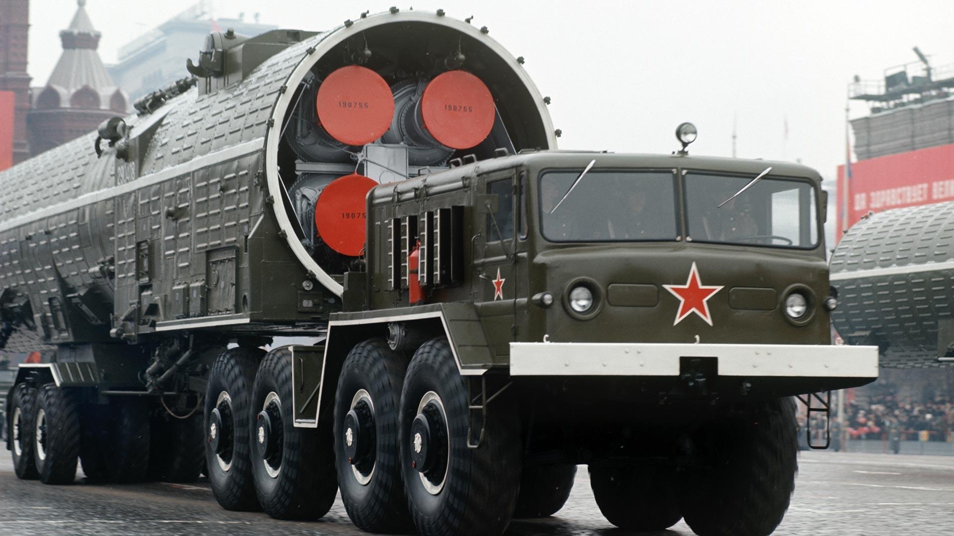 十月革命の55周年の祝う軍事パレードにて