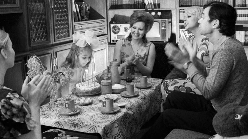 Família de engenheiro moscovita celebra aniversário da filha.