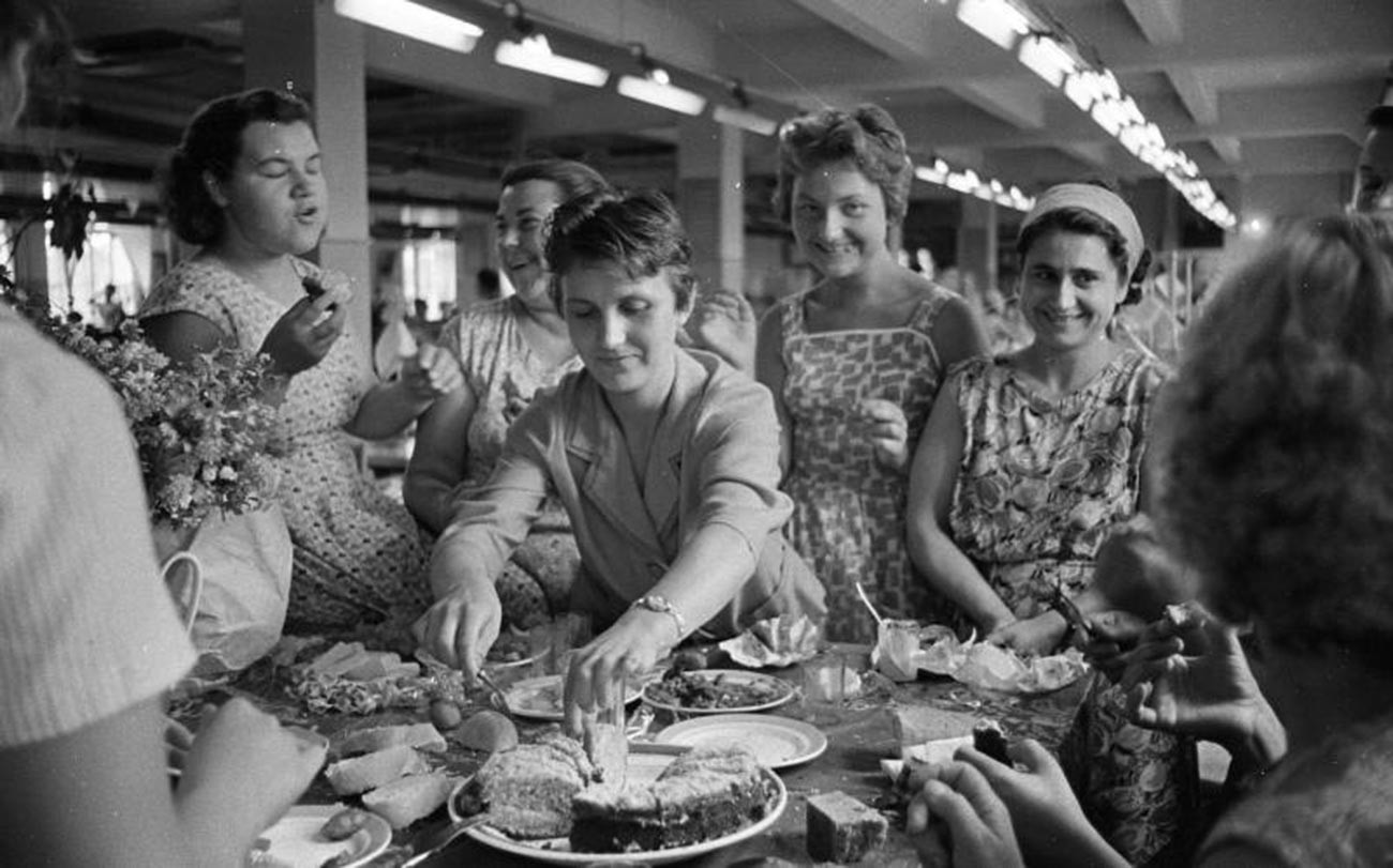 Mulheres comemoram aniversário de colega em fábrica de roupas na Moldávia soviética.
