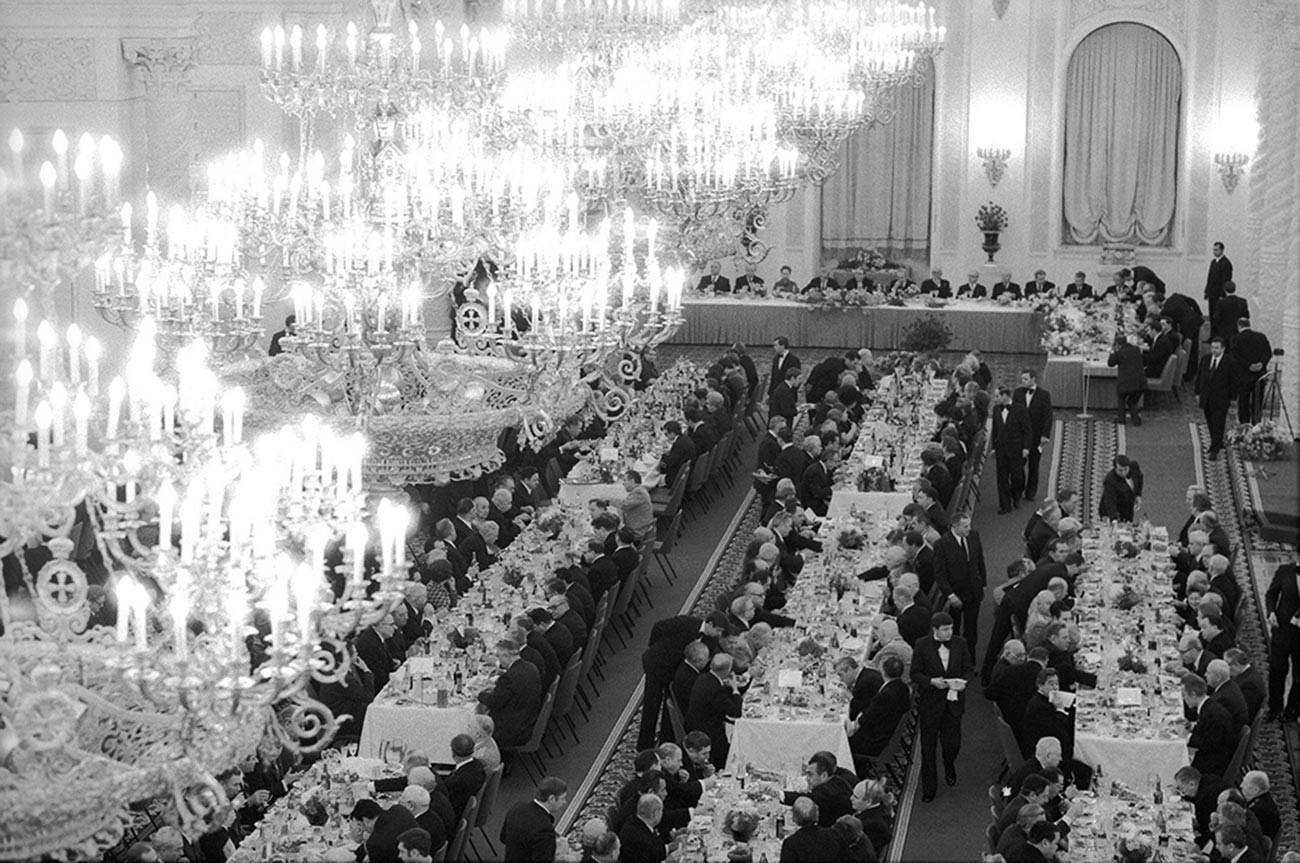 Esta foto mostra a festa de aniversário de Leonid Brejnev em 1977, quando o secretário-geral da URSS completava 70 anos.