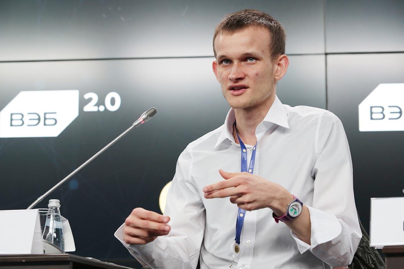 """Pendiri Ethereum Vitalik Buterin selama sesi panel """"Rantai Blok: Kelahiran Ekonomi Baru"""" di Forum Ekonomi Internasional Sankt Peterburg ke-21."""