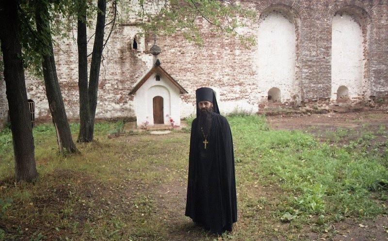 Ein Mönch in einem Kloster der Region Jaroslawl.