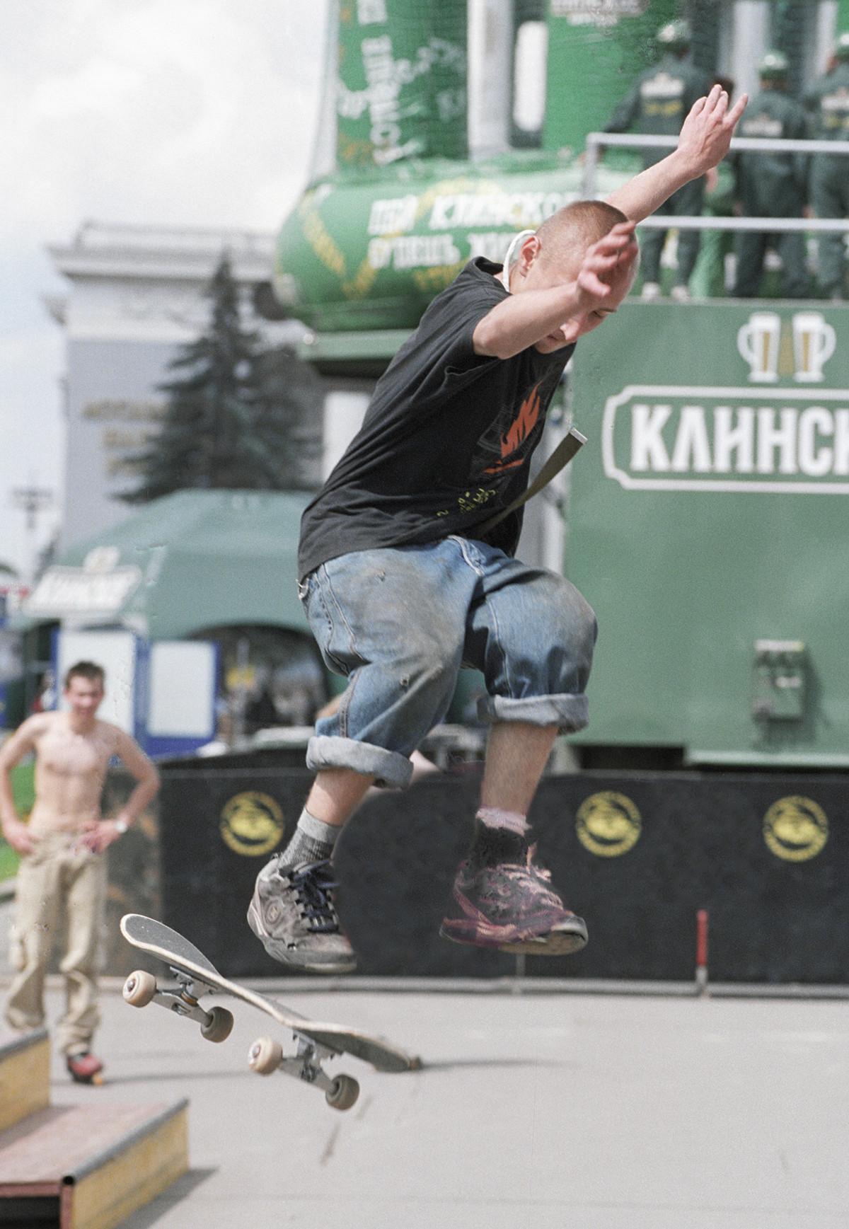 Ein Skateboarder auf einem Festival der Jugend.