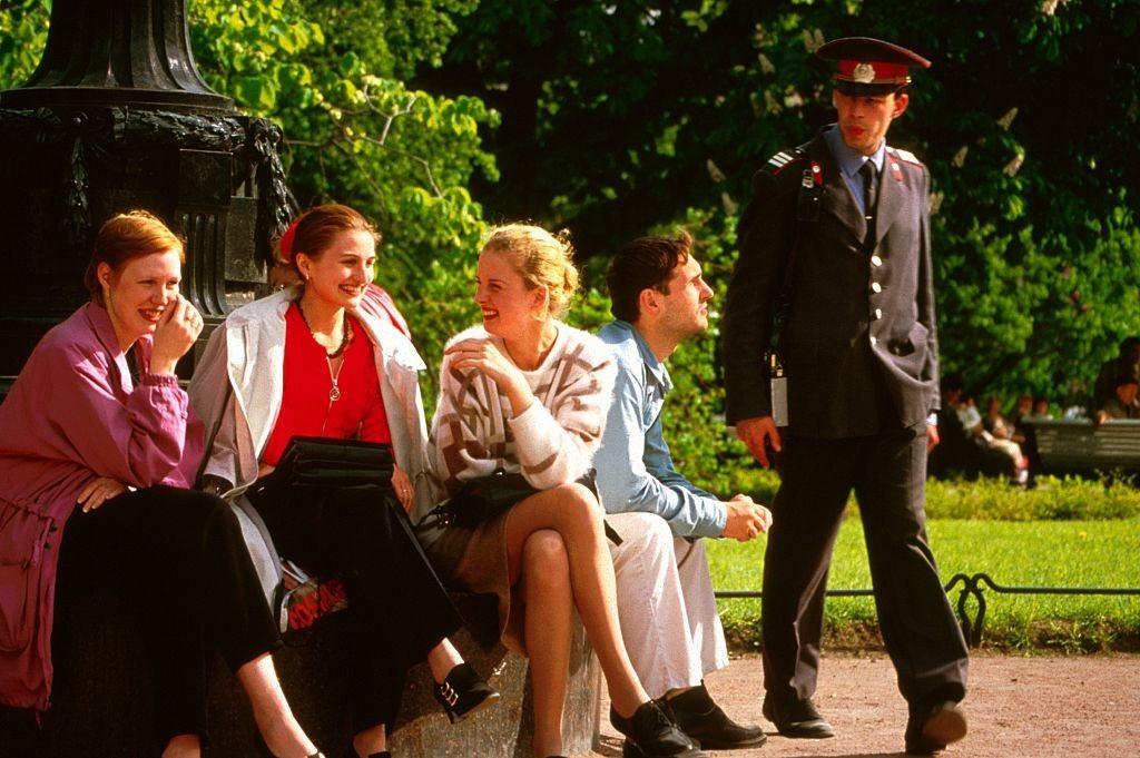 Ein Polizist mit Einwohnern von St. Petersburg.