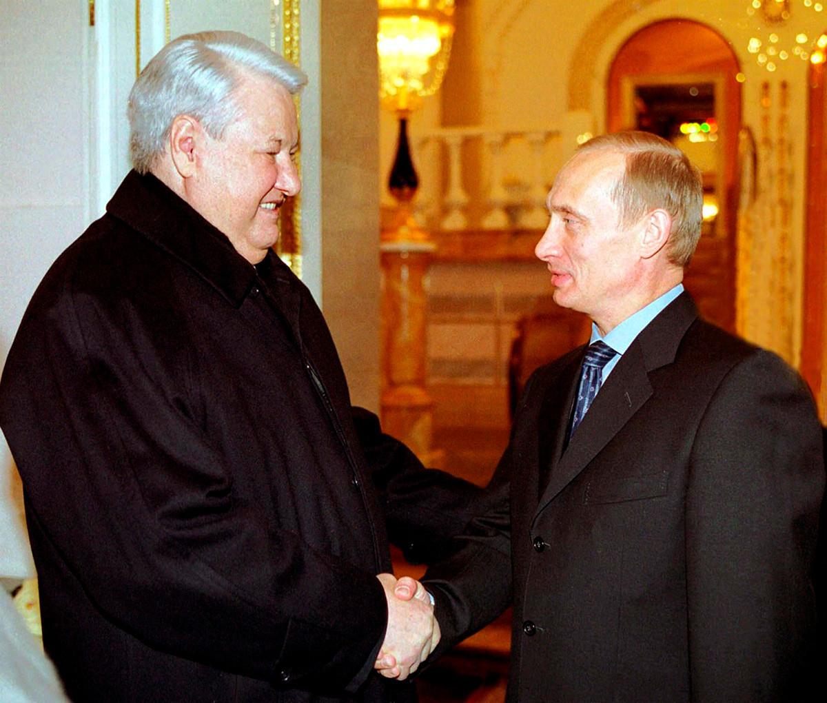 Ex-Präsident Boris Jelzin schüttelt Wladimir Putin die Hand.