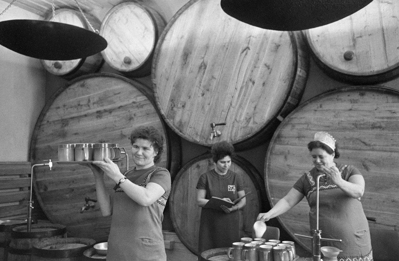 Дегустация пива на заводе.