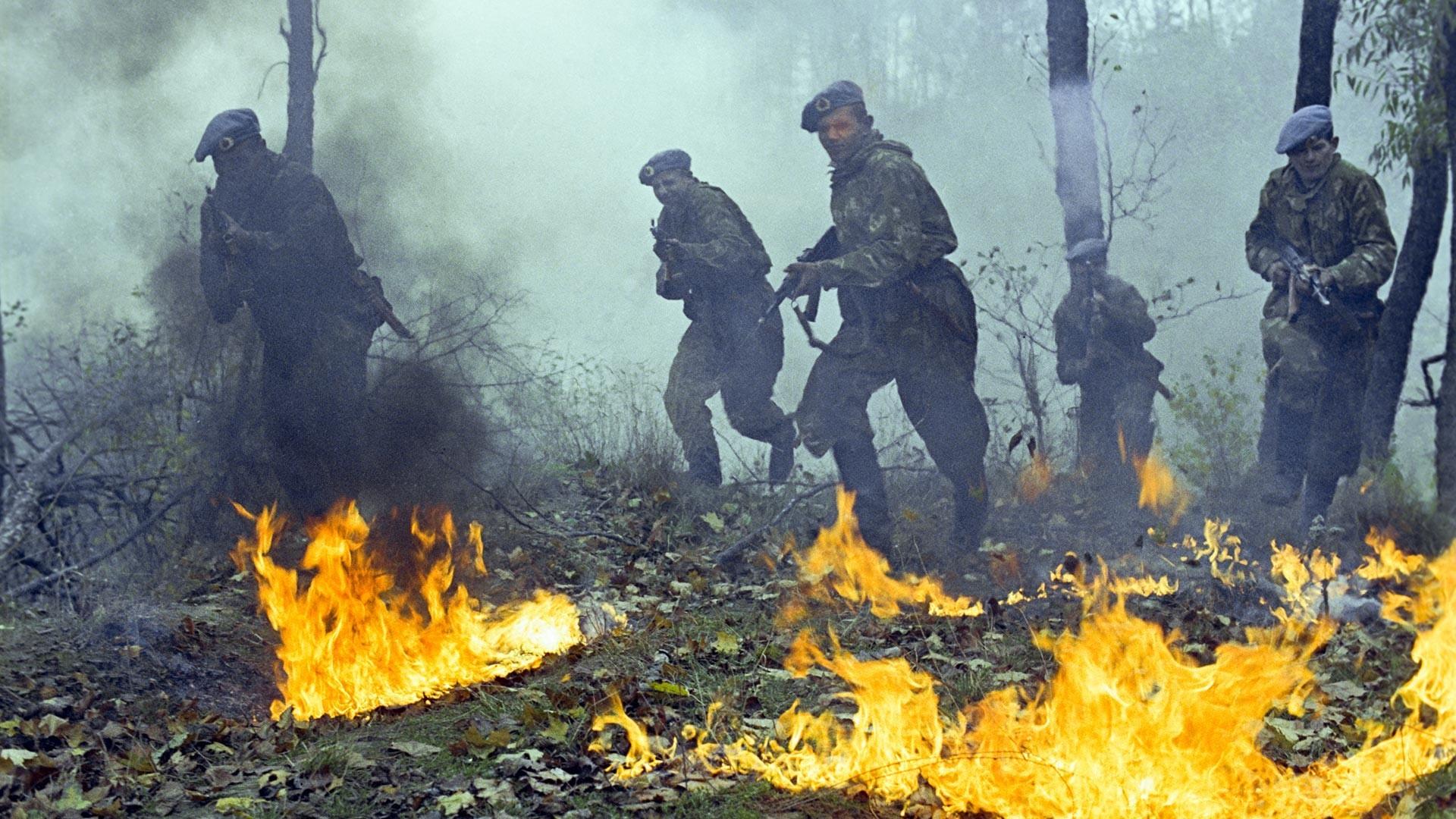 Ejercicios de combate de los paracaidistas de la Guardia.