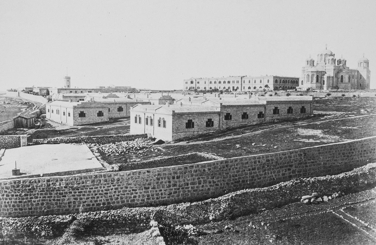 Kompleks Rusia adalah salah satu dari sejumlah komunitas yang dibangun di luar tembok kota asli Yerusalem mulai tahun 1860-an.