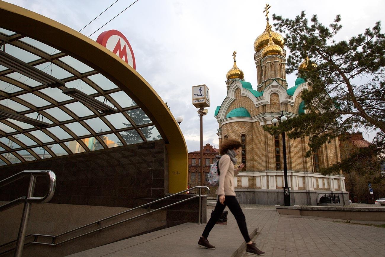 Este es el aspecto de la estación de metro de Omsk desde el exterior.