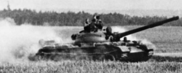 Tanque T-62 en movimiento.