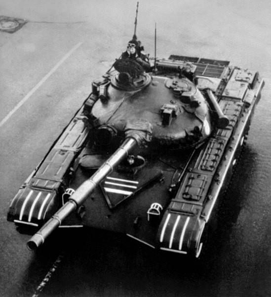 El T-72 fotografiado en un desfile militar (1983)