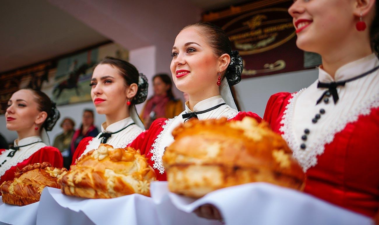 Upacara penyambutan tradisional Rusia dengan roti dan garam.