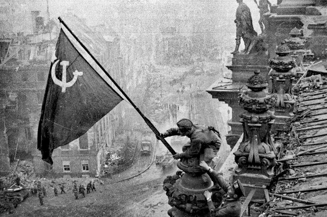 Bendera Kemenangan di atas Reichstag, Berlin, 1945. Foto legendaris Yevgeny Khaldei.