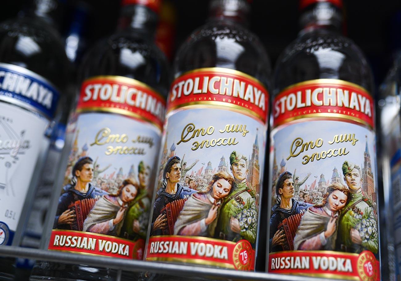Botol-botol vodka di toko.