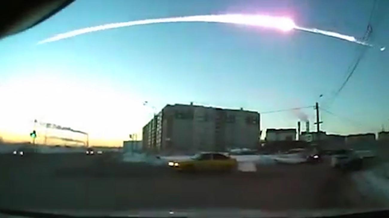 Ekor meteor tampak di langit Chelyabinsk.
