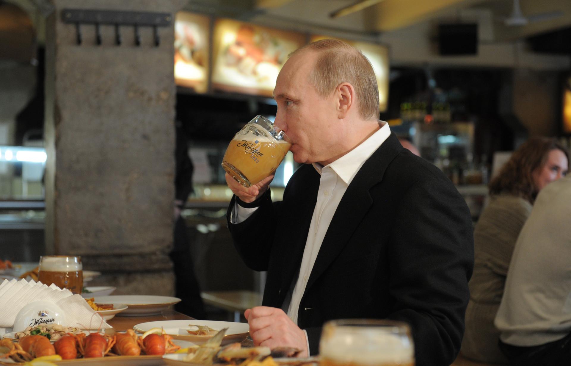 Vladimir Poutine le 1er mai 2012 buvant de la bière au bar Jigouli sur le Nouvel Arbat