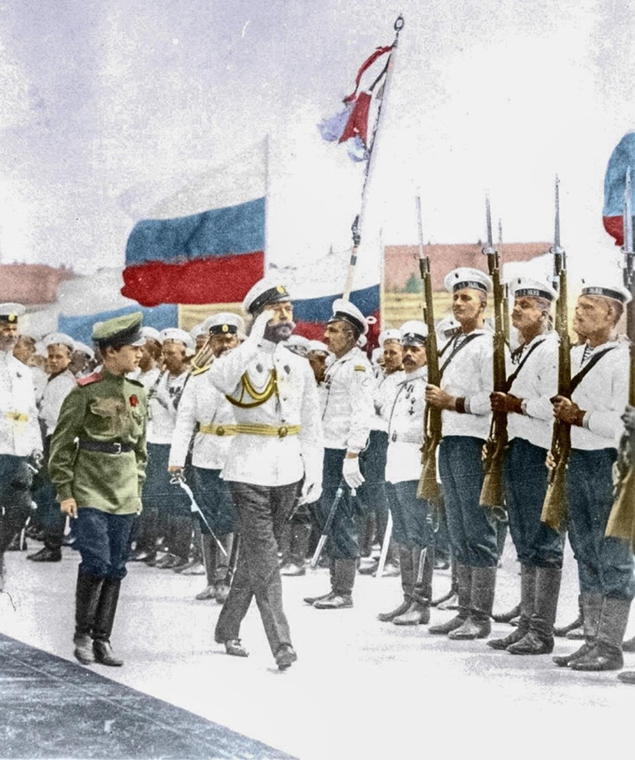 Am 12. Mai 1896 führte Seine Kaiserliche Majestät Souveräner Kaiser Nikolaus II. die weiß-blau-rote Flagge als nationale Flagge ein.