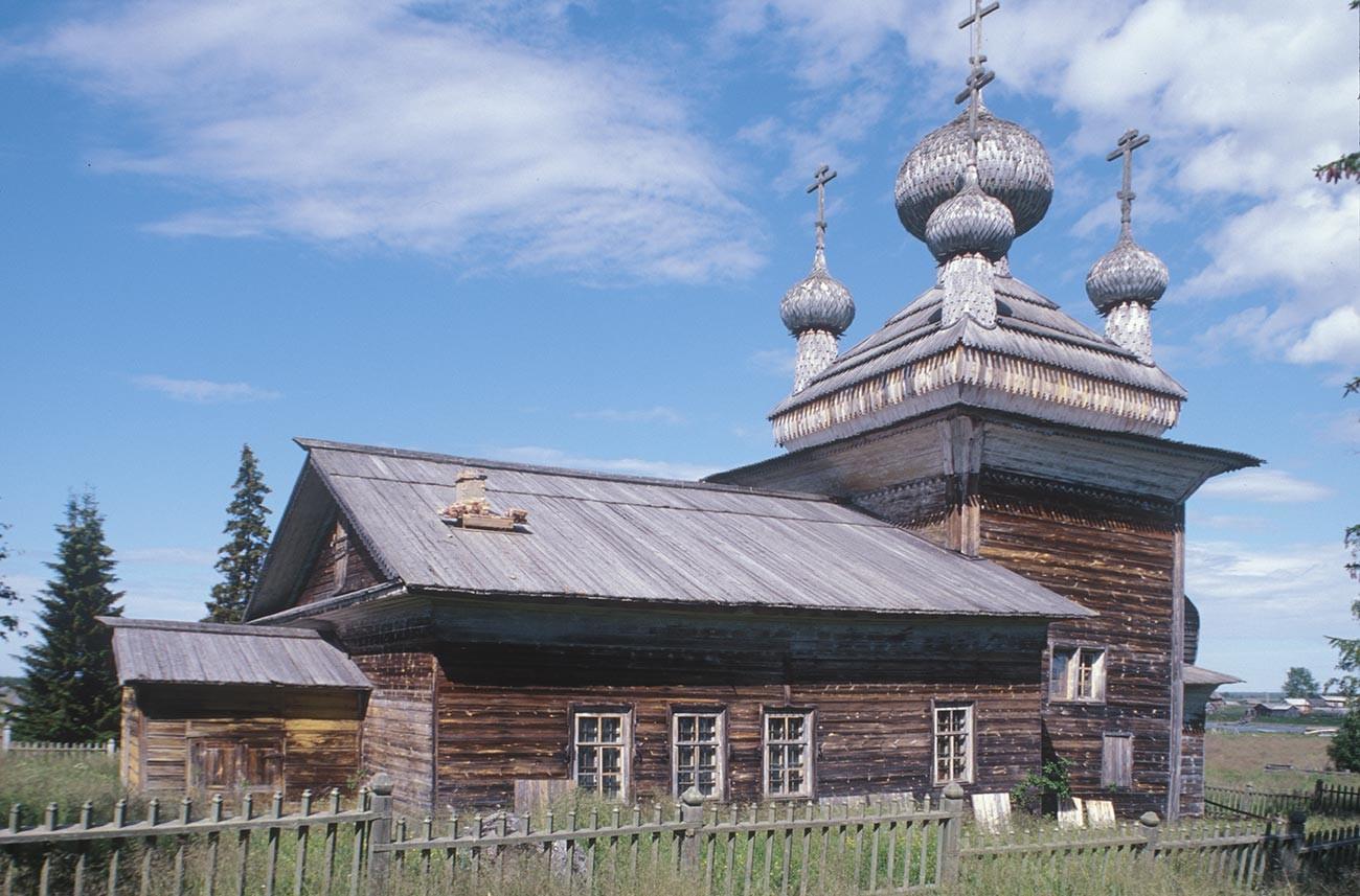 ヴィルマ村。「聖ピョートルと聖パーヴェル教会(聖ペテロと聖パウロ教会)」。南側。右背景は、村の家屋とヴィルマ川。2000年7月7日。