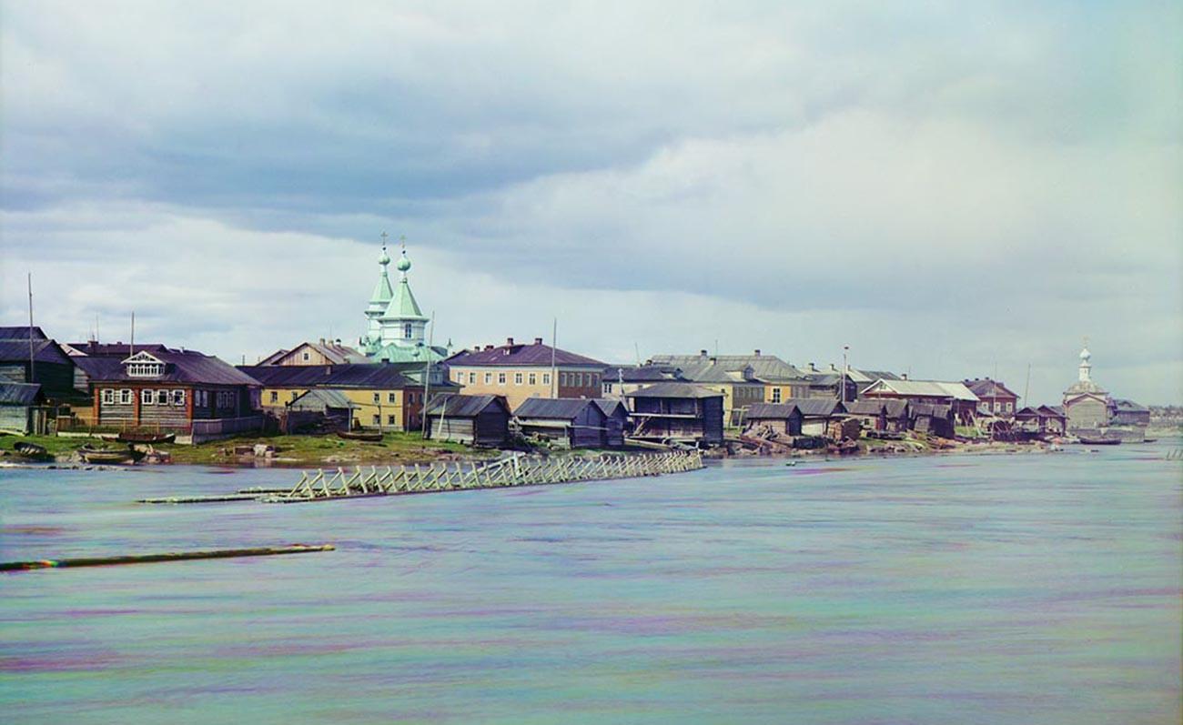 ヴィグ河畔のソロカ村(現ベロモルスク)。左は「聖三位一体教会」、右は「聖ゾシマと聖サワティ教会」(いずれも1939年に解体された)。1916年夏。