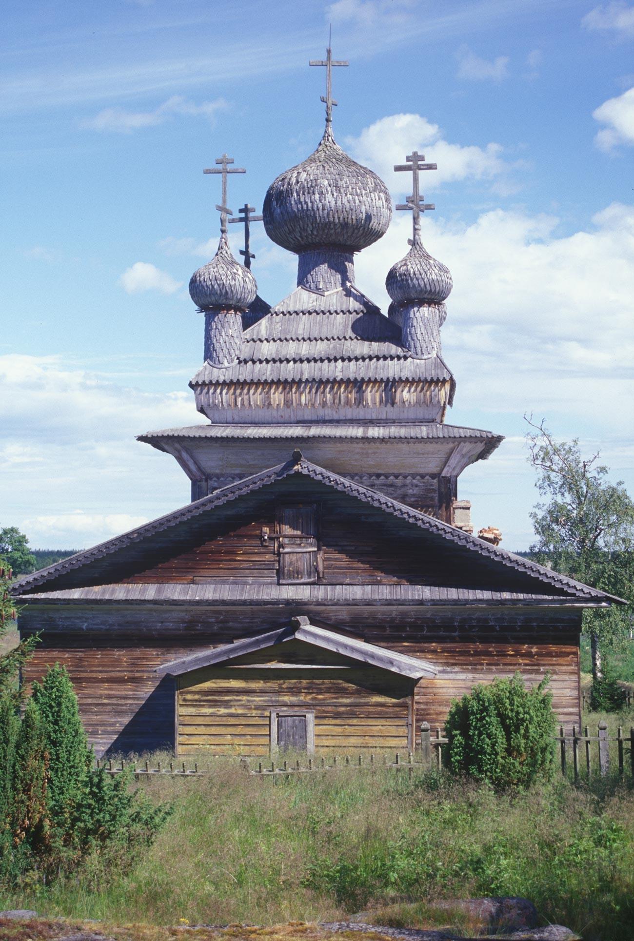 ヴィルマ村。「聖ピョートルと聖パーヴェル教会(聖ペテロと聖パウロ教会)」。西側。丸太を組み、羽目板をサイディングしている。2000年7月7日。