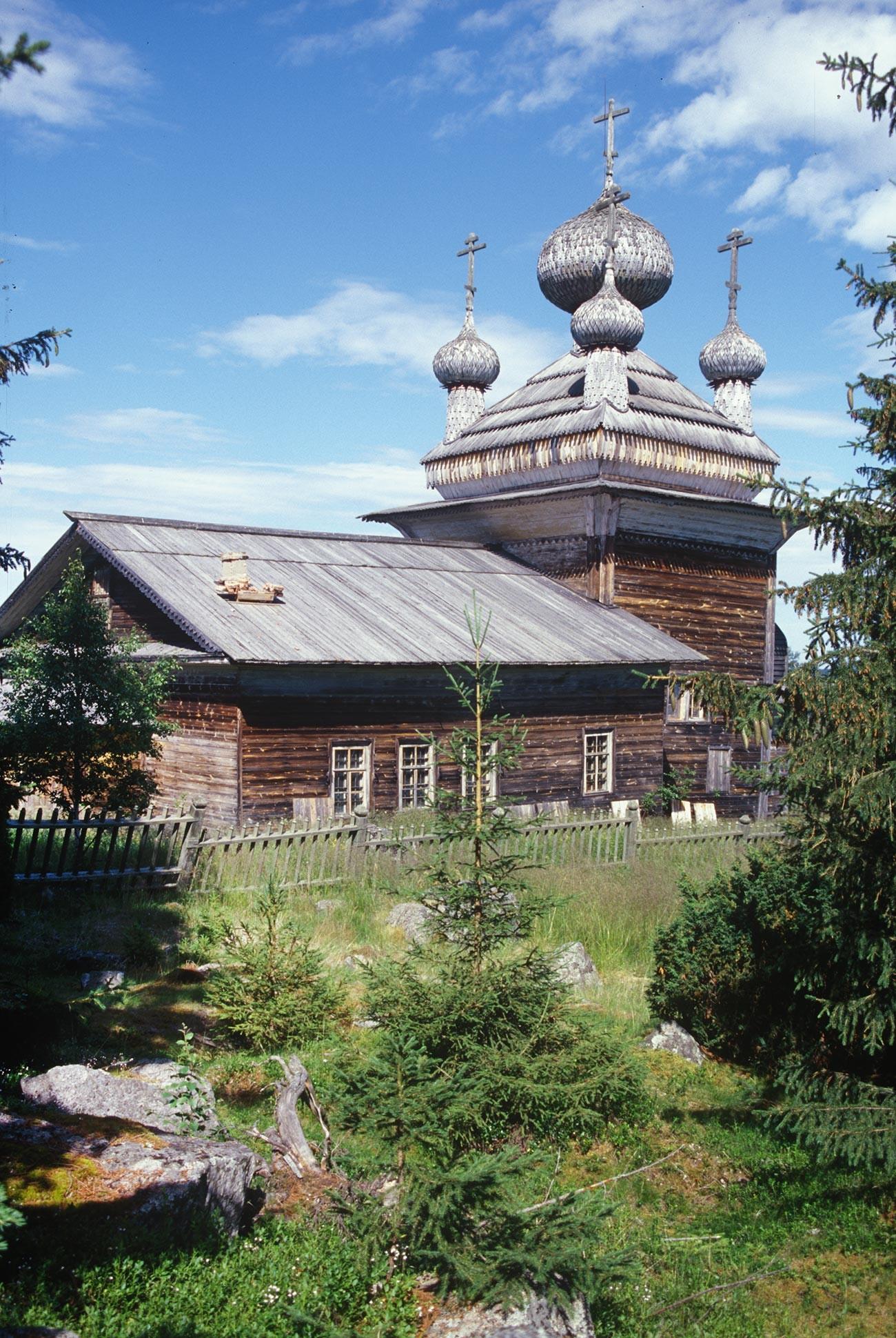 ヴィルマ村。「聖ピョートルと聖パーヴェル教会(聖ペテロと聖パウロ教会)」。南西側。2000年7月7日。