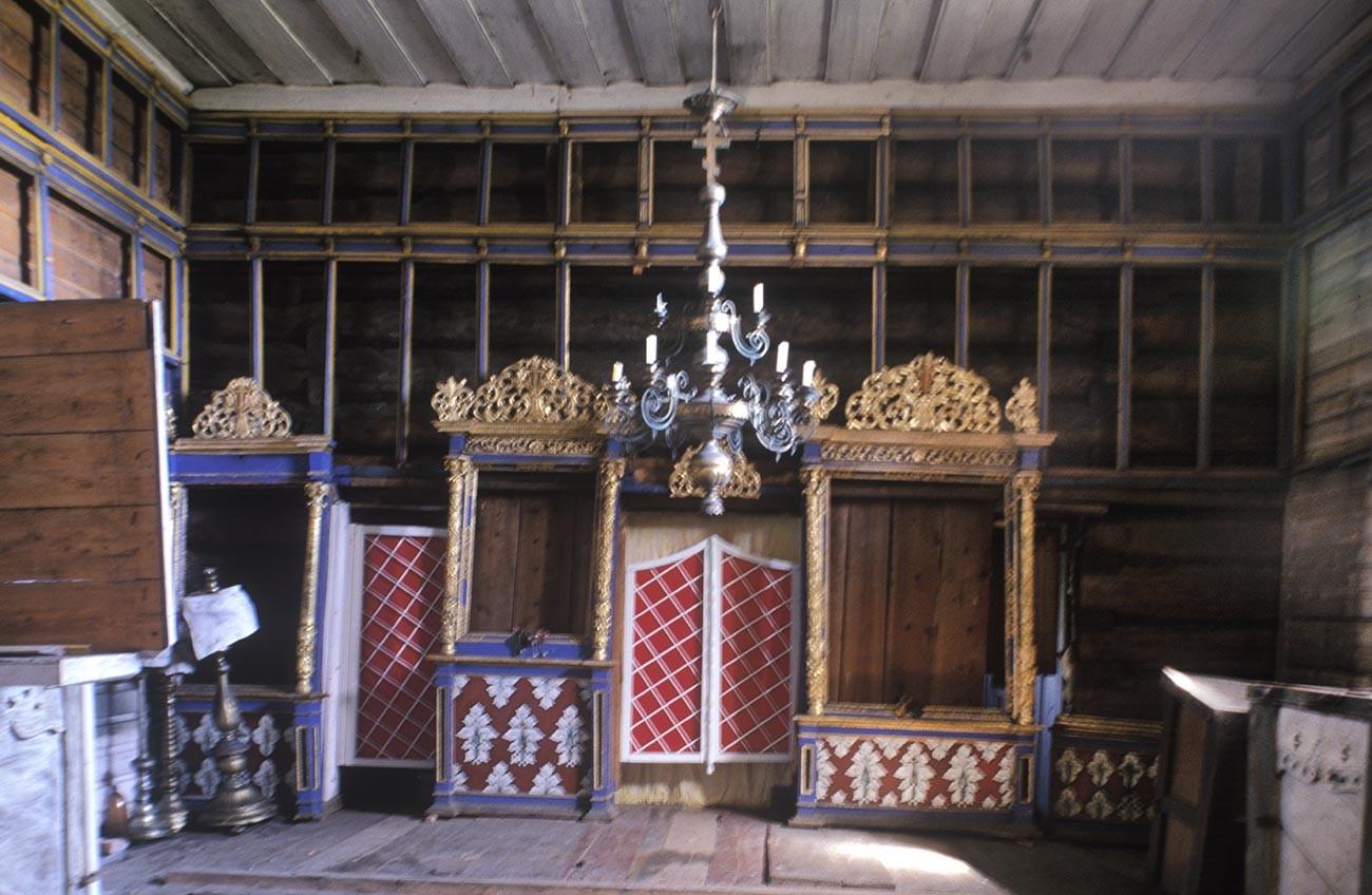 ヴィルマ村。「聖ピョートルと聖パーヴェル教会(聖ペテロと聖パウロ教会)」。内装。イコノスタシス(聖障。イコンはソ連時代に他の場所に移された)。2000年7月7日。