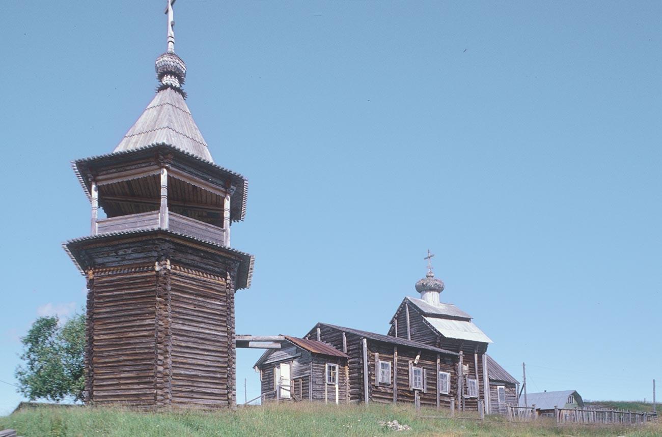 コヴダ村。聖ニコライ教会と鐘楼。南西側。2001年7月24日。