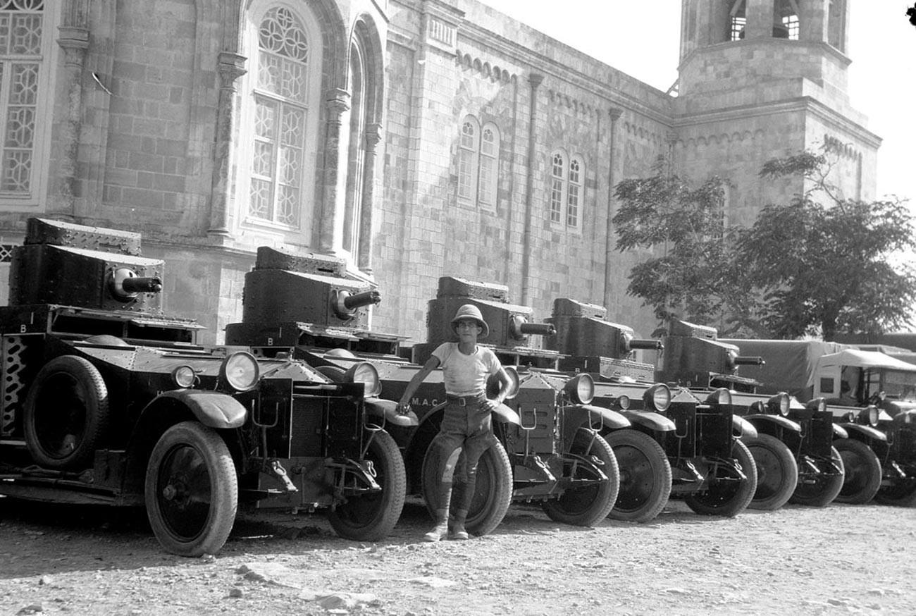Revoltas na Palestina em 1929. Carros blindados britânicos nos edifícios russos