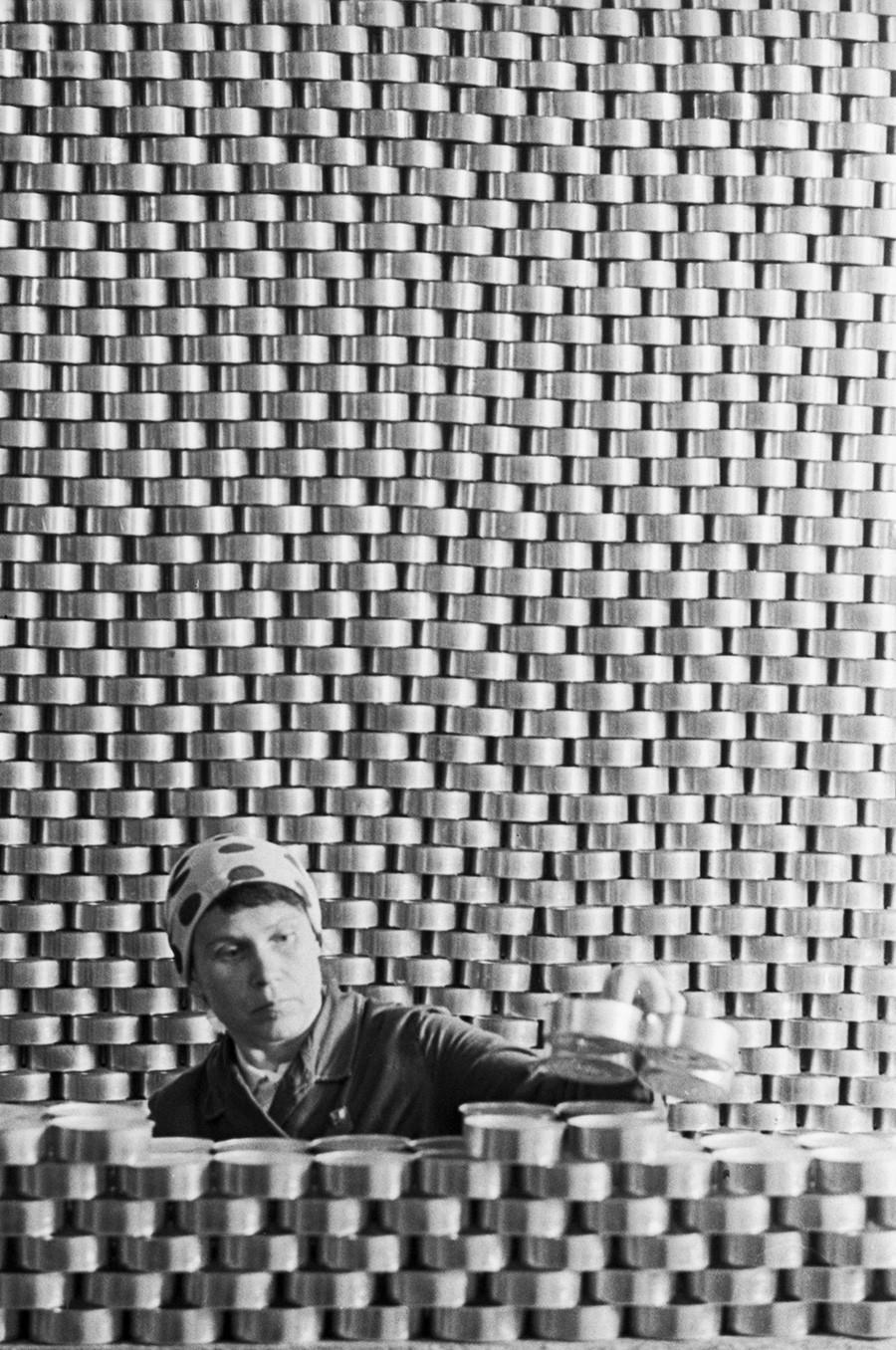 Inspector de calidad en el taller de enlatado de la fábrica de pescado de Yamalo-Nenets, 1972.