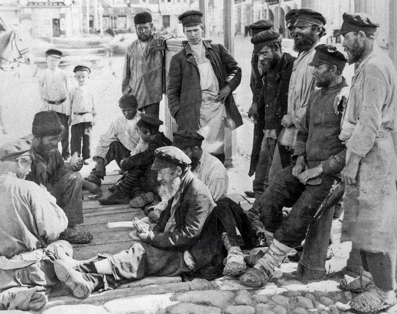 Des vagabonds jouant aux cartes dans la rue, fin du XIXe siècle