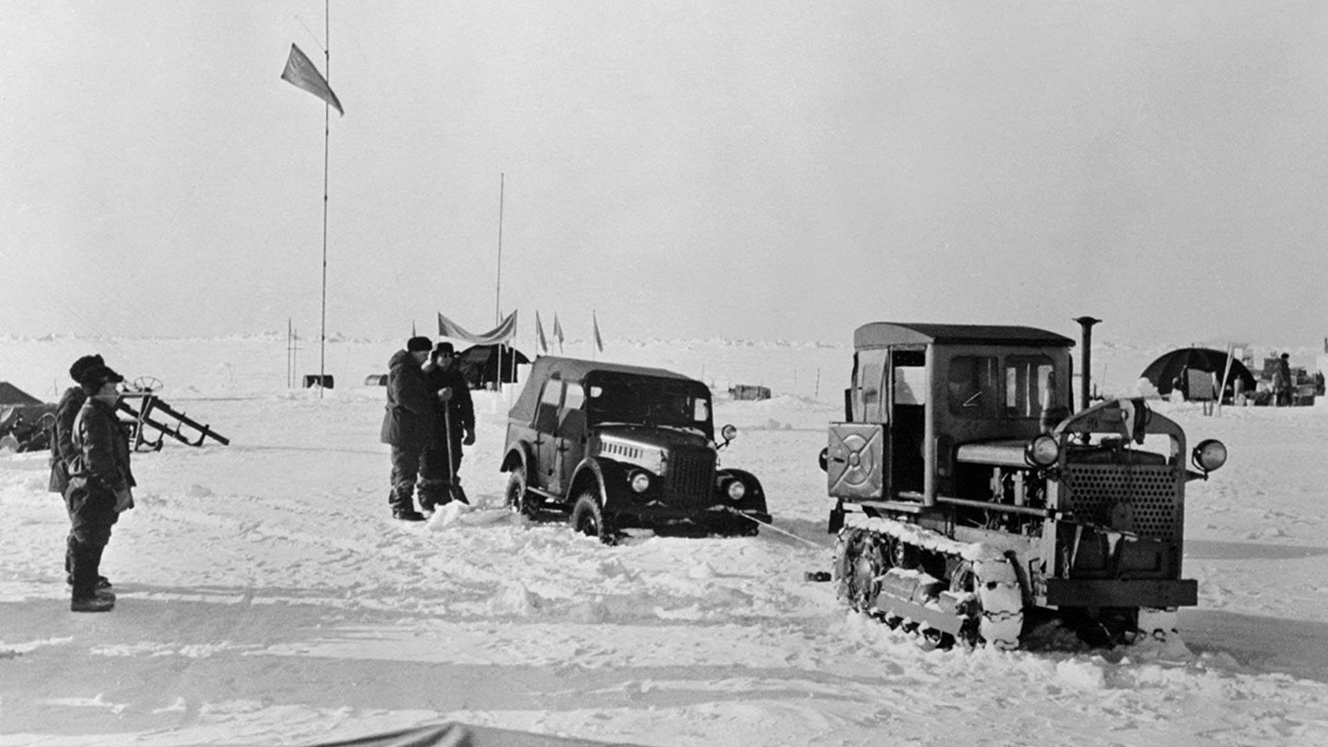 Un tracteur secourt une voiture en panne dans l'une des stations d'observation mises en place par les scientifiques de l'Union soviétique au sommet d'une banquise dans la région arctique.