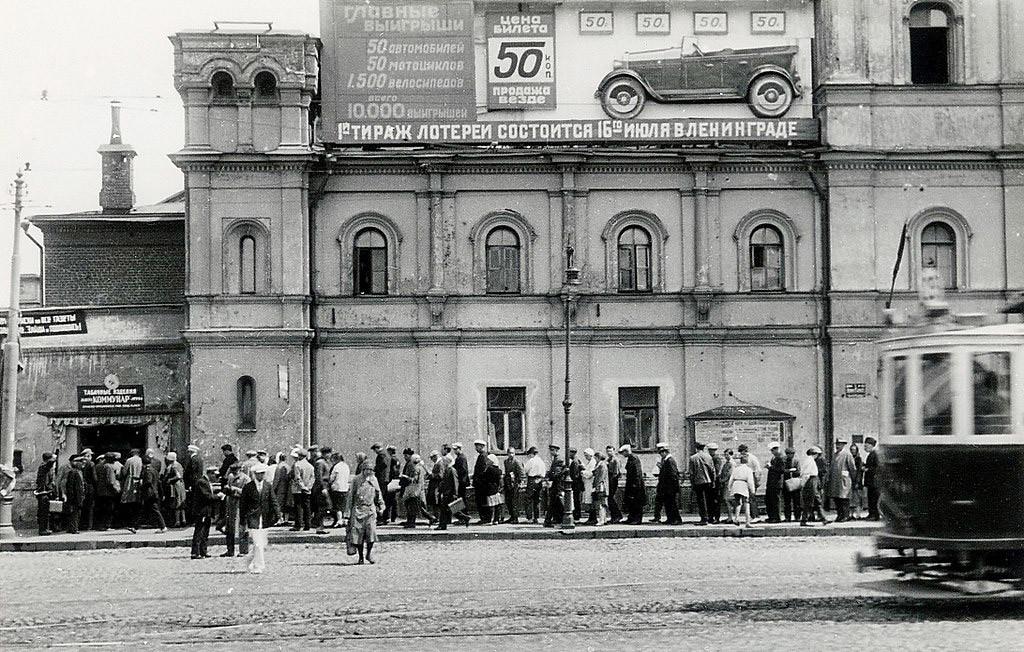 В 1930-х стены монастыря использовали для агитплакатов и рекламы