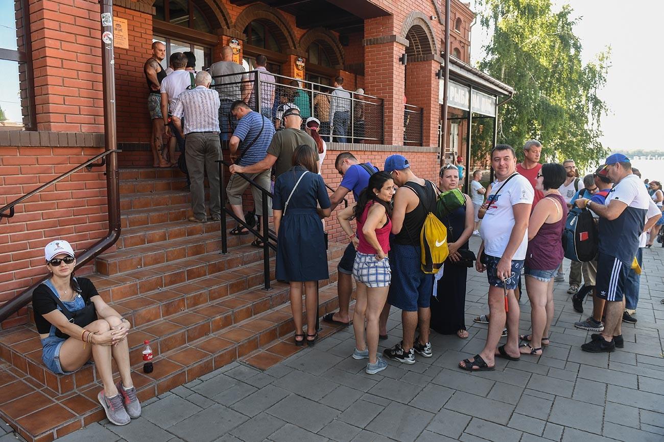 Lunga fila per la birra Zhigulevskoe originale allo stabilimento di Samara